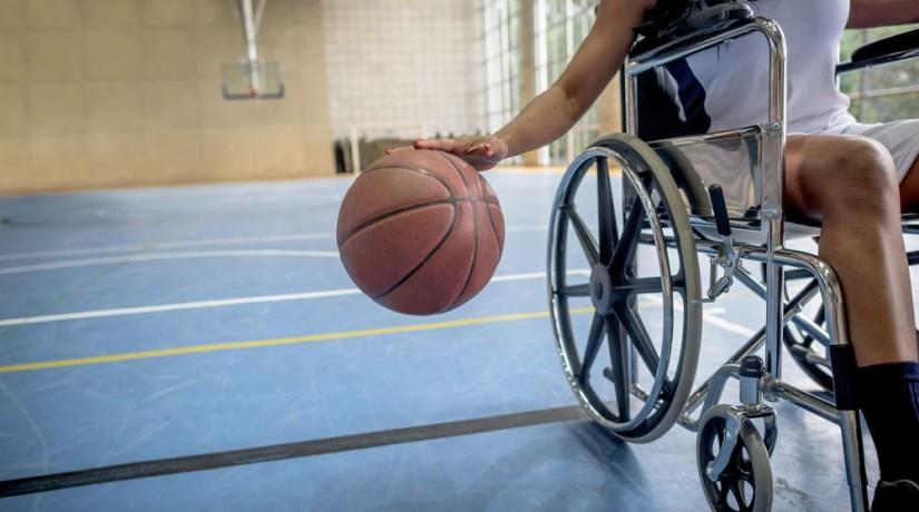 un joueur de basket en chaise roulante
