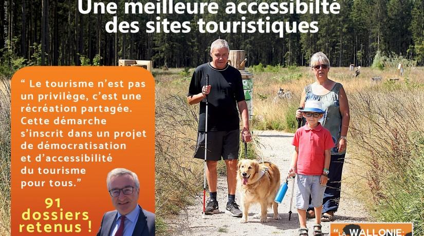 Photographie d'une famille en promenade dont une personne aveugle avec sa canne et son chien