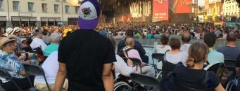 Plusieurs personnes en chaise roulante sur un podium dans le cadre d'un festival