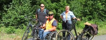 Photo de nos deux auditeurs en accessibilité Jean-Christophe Fairon (Passe-Muraille), Christine Bourdeauducq (ASPH), et de Jean-Marie Degolla (Tourisme HandBike) sur le circuit vélo de Fosses-la-Ville.