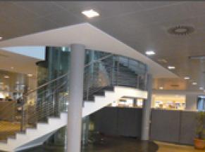 Objet saillant dans le cheminement : escalier intérieur ouvert par dessous sans sécurisation