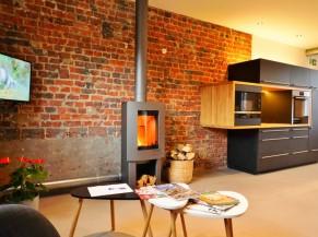 Petit salon et  cuisine avec électroménagers à bonne hauteur