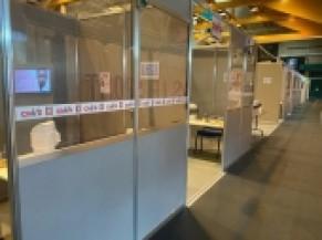 Zone d'attente devant les box de vaccination, vitres sécurisées , guichet ouvert