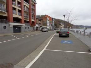 Trois emplacements de parking PMR à Dinant, au pied de la Maison du Tourisme