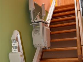 Escalier encombré par un siège électrique