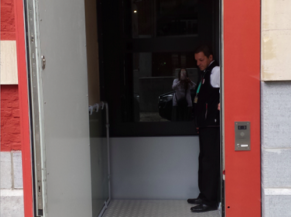 Vue de l'ascenseur PMR d'entrée depuis l'extérieur