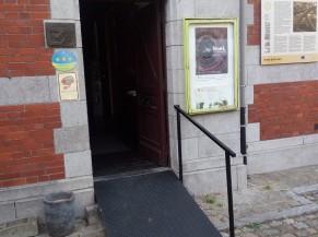 L'entrée principale avec une rampe et une main-courante