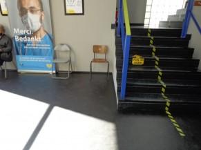 Escaliers menant à l'étage (vaccination) depuis l'entrée principale