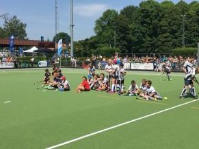 Jeunes joueurs de Hockey assis sur le terrain
