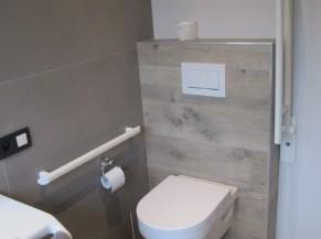 WC de la salle de douche adaptée