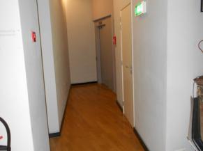 Couloir de l'ascenseur avec une aire de rotation de 100 cm