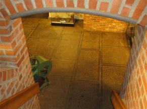 Libre passage de hauteur réduite en bas de l'escalier