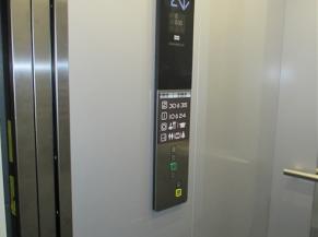 ascenseur: boutons en relief, pictogrammes, affichage de l'étage