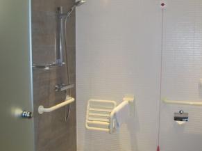 Salle de douche dans la chambre PMR