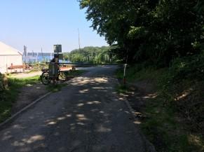 Aux abords du centre de voile: barrière pour véhicules avec passage latéral non aménagé