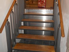 Plateforme élévatrice qui prend la forme soit d'une plateforme soit d'un escalier