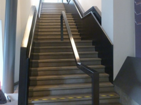 Circulations: escalier principal avec main courante des 2 côtés