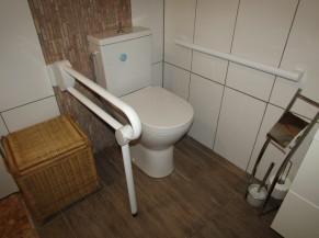 WC avec barres d'appui