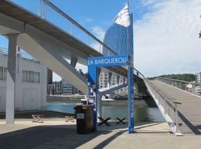 Portique d'entrée au départ de la voie d'accès au quai