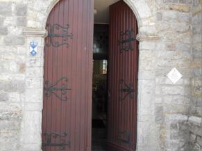 Porte d'entrée avec une marche de 8 cm et libre passage de 78 cm pour un seul battant
