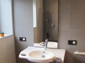 Lavabo de la salle de douche adaptée