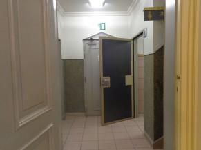 Couloir vers sanitaire adapté