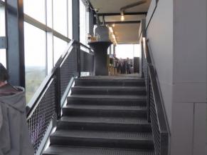 Présence d'escaliers pour rejoindre le restaurant panoramique