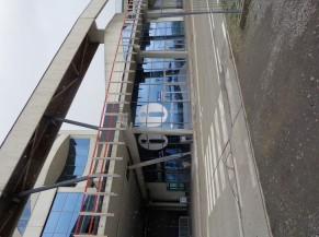 Bâtiment vue générale et entrée parking en graviers
