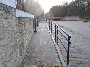 Rampe de la voie d'accès à la tour depuis le parking