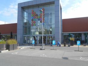 Entrée principale et parkings PMR