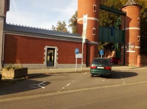 Parkings adaptés devant l'entrée d'accueil