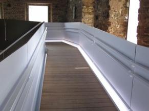 Rampe intérieure avec doubles mains courantes et éclairage latéral au sol
