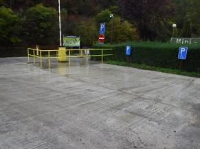Deux emplacements de parking PMR à proximité de l'accès au site. Mais il faut parcourir 125m à pied pour arriver à l'accueil (sur du macadam). Un dépose-minute est possible à 10m de l'entrée.