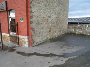 Emplacement de parking réservé à proximité immédiate de l'entrée