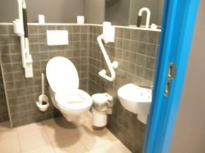 Intérieur du WC réservé aux personnes à mobilité
