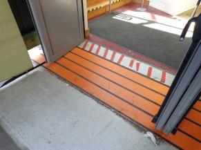 La porte d'entrée depuis le sas vers le centre de vaccination (ressaut compensé)