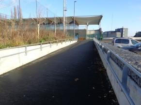 Accès au stade depuis le parking et via la rampe