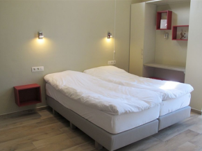 Une des 2 chambres PMR avec espace dégagé d'un côté du lit
