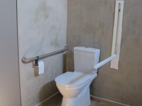 WC adapté dans la salle de douche d'une des chambres PMR