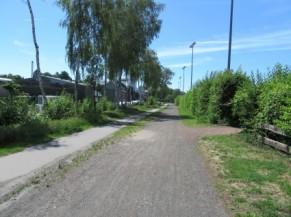 Cheminement en partie asphaltée, en partie non stabilisé près d'AUbel
