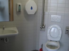 Toilette adaptée située au niveau 0