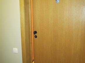 chambre adaptée porte: numéro peu lisible et sans relief, poignée difficilement préhensible. lecteur de badge accessible.