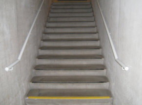 Escalier d'accès à l'exposition permanente