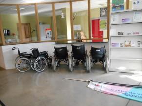 Chaises roulantes à disposition
