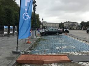 Place de parking PMR disponibles place des Palais et accès au trottoir via des plaques de roulage et une rampe