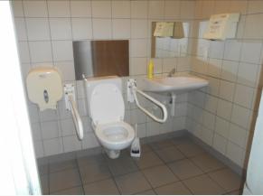 Toilette adaptée avec une porte offrant un passage libre de 78 cm