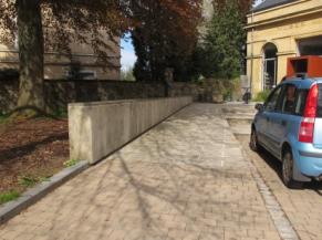 Rampe d'accès reliant le parking à l'entrée du musée