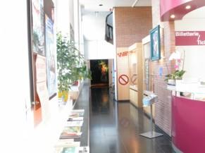 Couloir d'entrée vers les salles d'exposition du rez-de-chausée