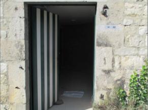 Porte des sanitaires accessibles depuis la cour