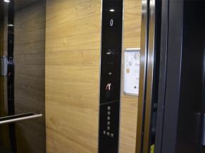 Ascenseur: dimensions suffisantes pour une personne en fauteuil, bouton d'appel peu contrasté, lecteur de badge fort haut (120 cm)